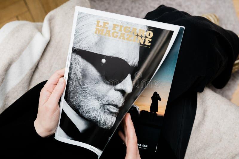 Frauenlesungs-Le Figaro-Zeitschriftzeitung über Karl Lagerfeld-Tod stockfoto