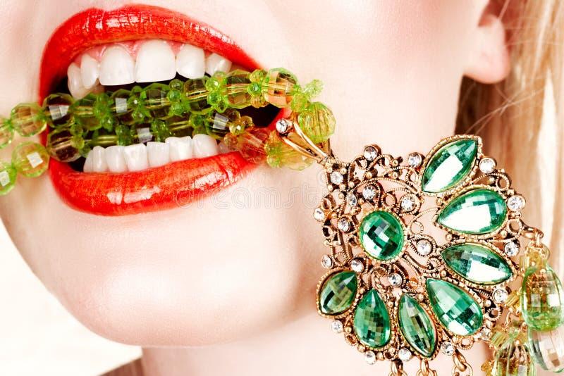 Frauenlippen mit Halskette stockfotografie