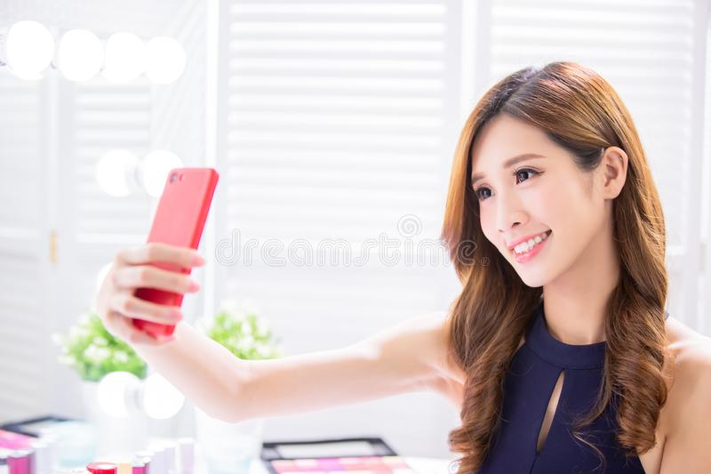 Frauenmake-up und selfie nehmen stockfotografie