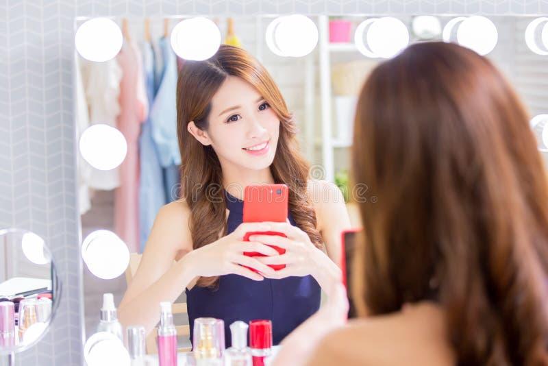 Frauenmake-up und selfie nehmen lizenzfreie stockfotos