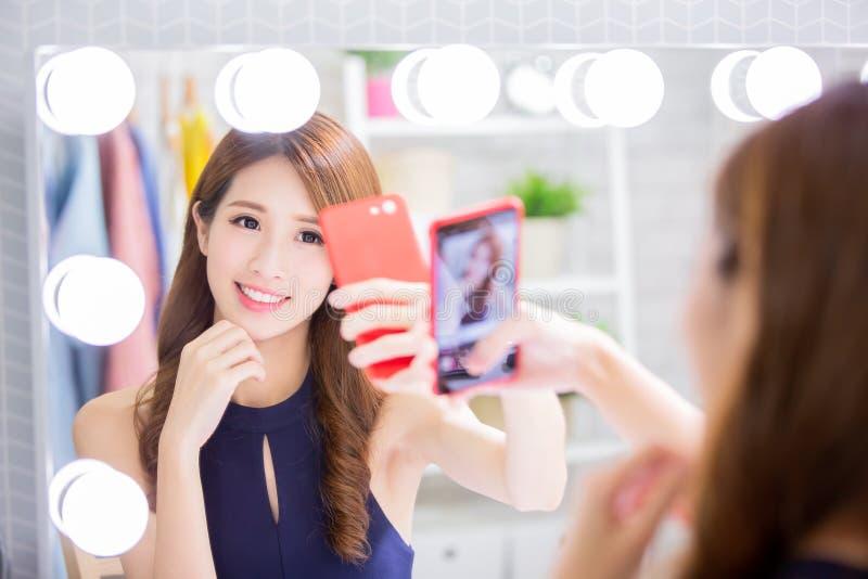 Frauenmake-up und selfie nehmen stockbild