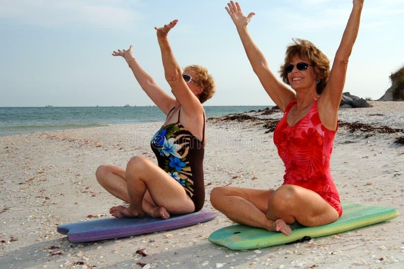 Frauenmeditation auf Strand lizenzfreies stockbild