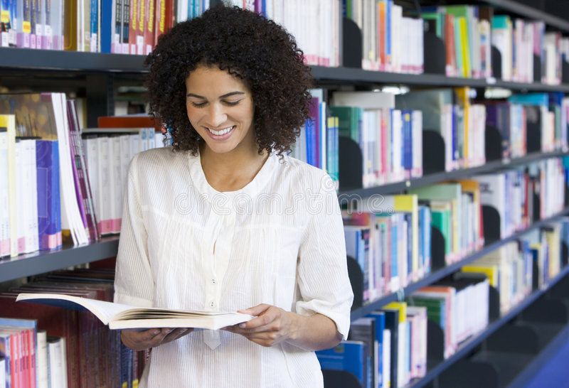 Frauenmesswert in einer Bibliothek stockbilder