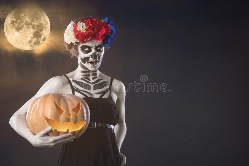 Frauenmonster Kreatives dunkles Make-up, Begriffsidee für Halloween Der unheimliche Albtraum, der zu einen schwarzen Vampir macht stockfotografie