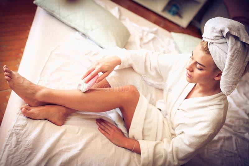 Frauenmorgen-Schönheitsprogramm lizenzfreie stockbilder