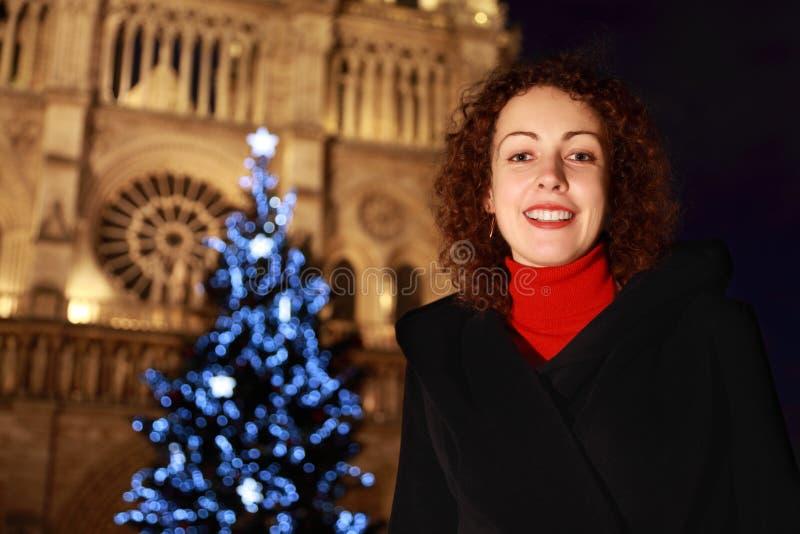 Frauennahaufnahme steht gegen Notre- Damekathedrale stockbilder