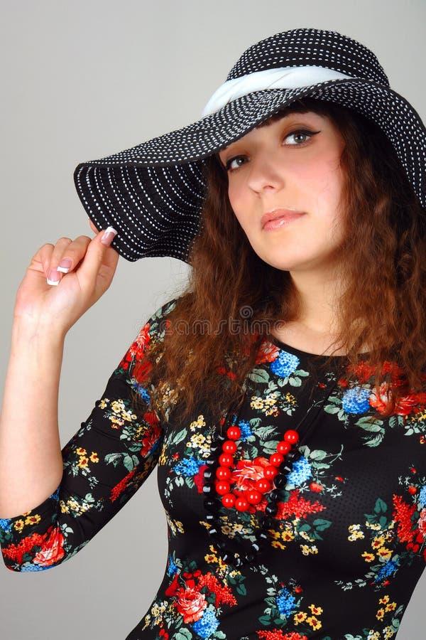 Frauennahaufnahmeportrait im Hut stockfoto