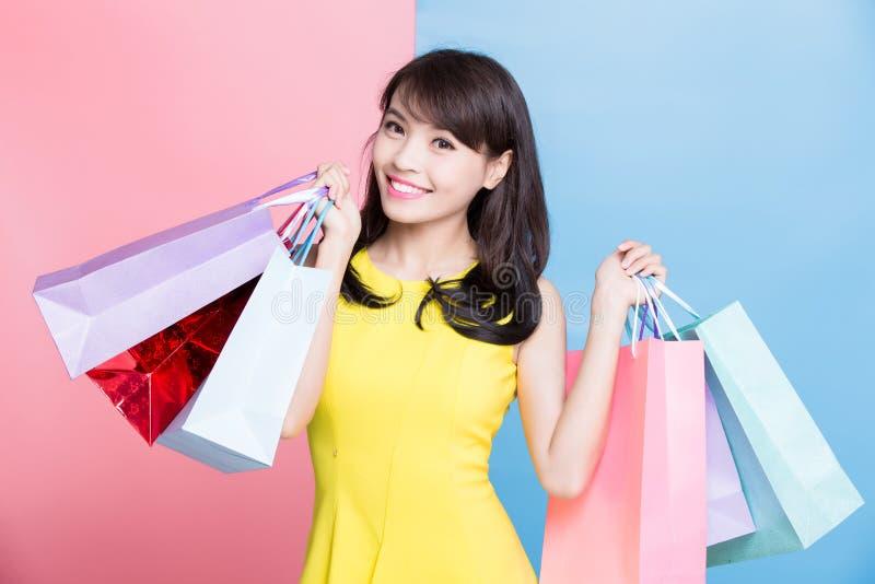 Frauennehmeneinkaufstasche stockfoto