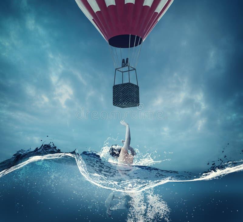 Frauenoben Unterwasserschauen zu einem Ballon lizenzfreie stockfotografie