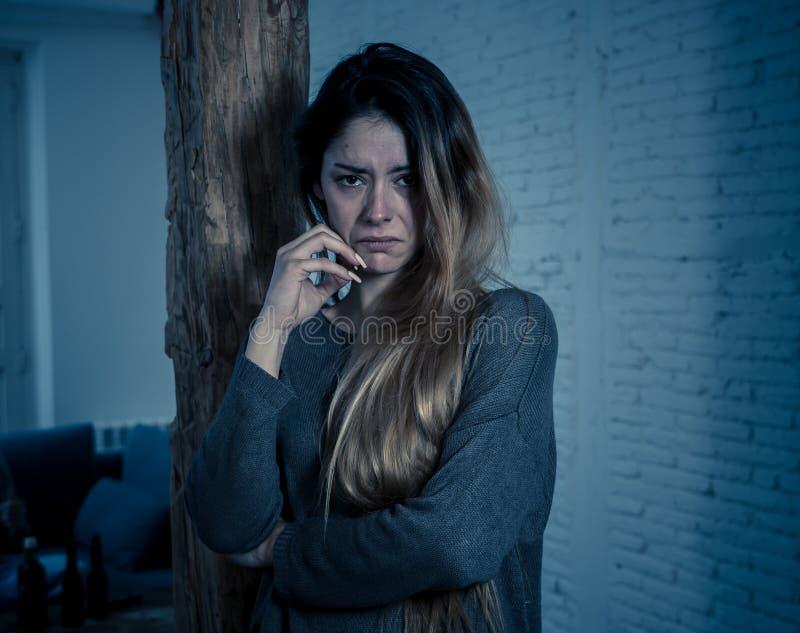 Frauenopfer des Gefühls der häuslichen Gewalt und des Missbrauches allein und deprimiert stockfotos