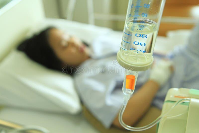 Frauenpatient auf Krankenhausbett stockbild