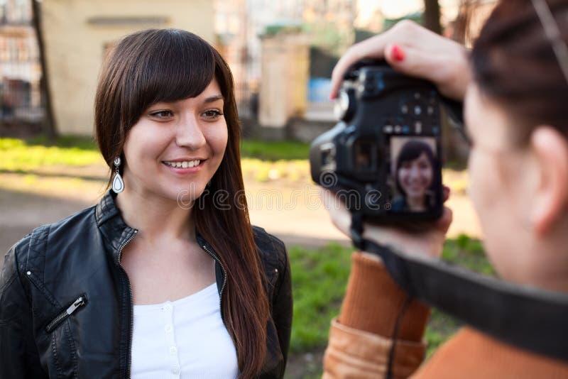 Frauenphotograph, der das Baumuster fotografiert stockfotos