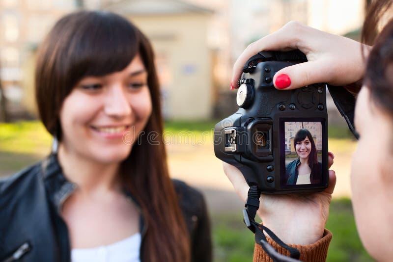 Frauenphotograph, der das Baumuster fotografiert lizenzfreies stockbild