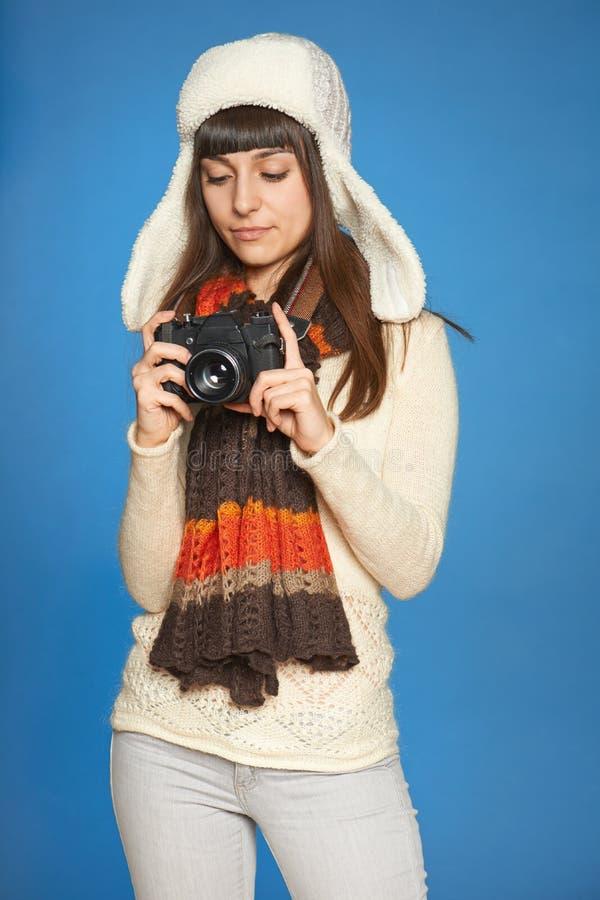 Frauenphotograph, der Fotokameraeinstellungen justiert stockfoto