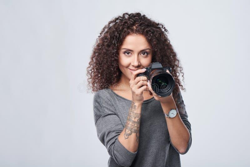 Frauenphotograph mit Berufsfotokamera stockfoto