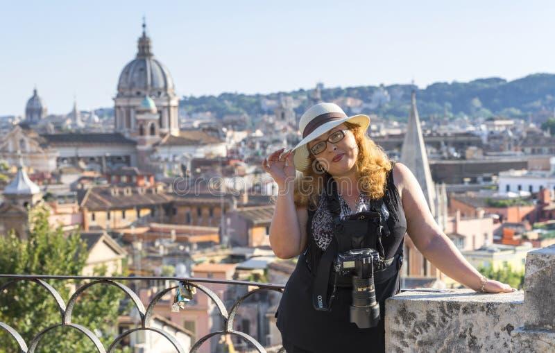 Frauenphotograph in Rom stockbild