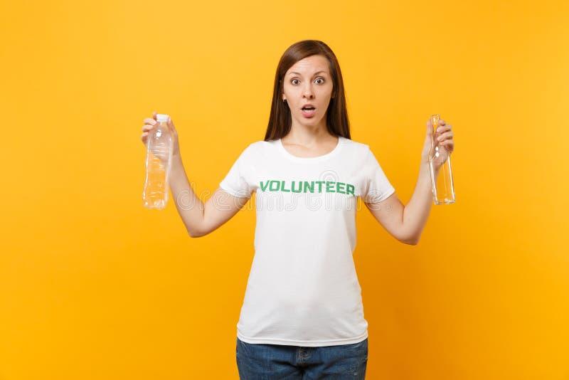 Frauenporträt im weißen T-Shirt mit schriftlicher Aufschrift grüner Titel freiwilliger Griff Plastik und Glasflaschen lokalisiert lizenzfreie stockfotografie