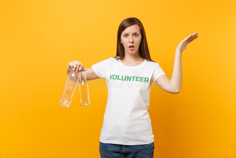 Frauenporträt im weißen T-Shirt mit schriftlicher Aufschrift grüner Titel freiwilliger Griff Plastik und Glasflaschen lokalisiert lizenzfreies stockfoto