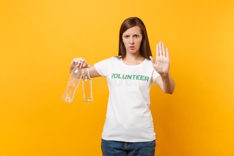 Frauenporträt im weißen T-Shirt mit schriftlicher Aufschrift grüner Titel freiwilliger Griff Plastik und Glasflaschen lokalisiert lizenzfreie stockfotos
