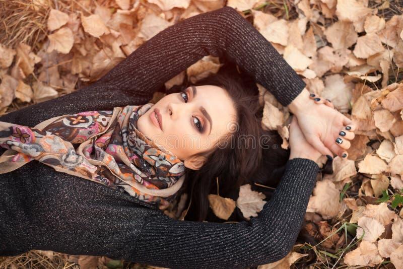Frauenporträt über Herbstlaub schließen oben stockfotos