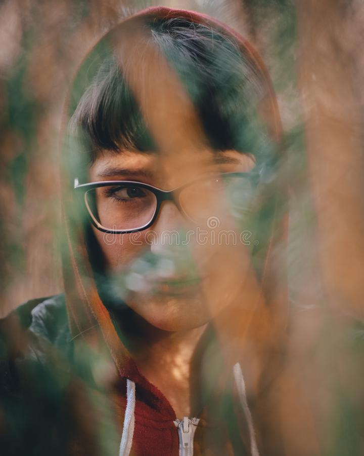 Frauenporträt in der Natur lizenzfreie stockfotos