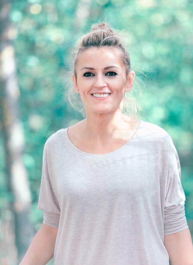 Frauenporträt im Wald lizenzfreie stockfotos