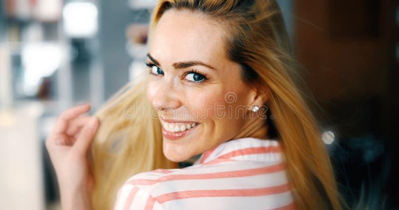 Frauenportr?t mit dem perfektem Haar und Make-upblondine stockfoto