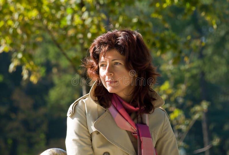 Frauenportrait-Herbsttag lizenzfreie stockfotos