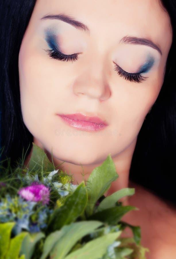 Download Frauenportrait mit Blumen stockbild. Bild von gesicht - 26365099