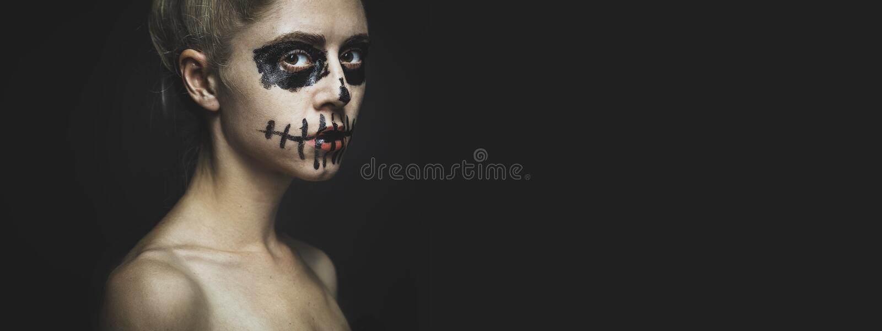 Frauenportrait mit Halloween-Skelett Horrorspuckskull-Visage-Konzept mit Kopierraum-Hintergrund lizenzfreies stockfoto