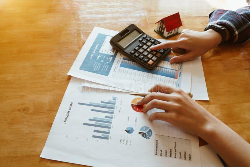 Frauenpresse der Taschenrechner zur Berechnung des Finanzdiagramms für Investition zu kaufendem Eigentum stockfotos