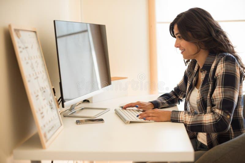 Frauenprogrammierungscomputer lizenzfreie stockbilder