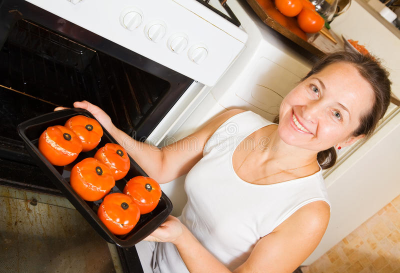 Frauenröstungfarci Tomate stockfotos