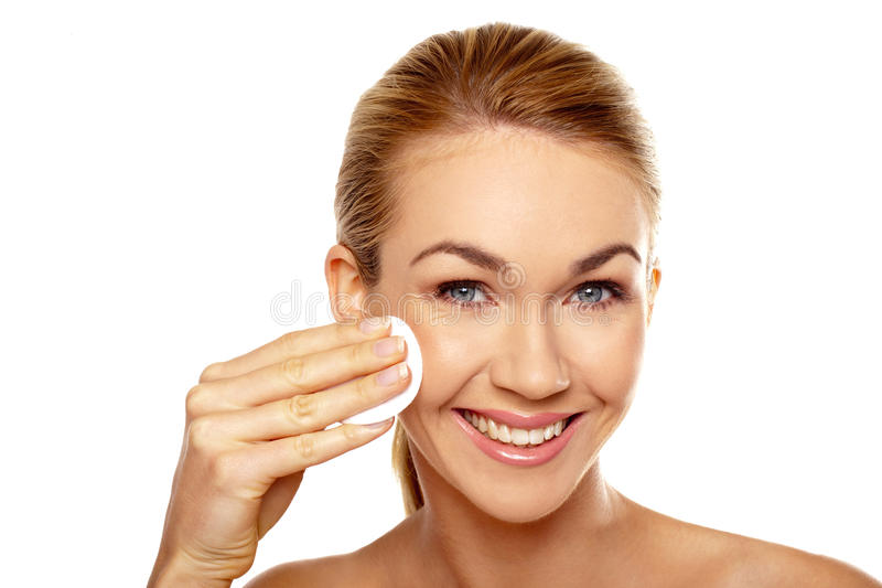 Frauenreinigung ihr Gesicht lizenzfreies stockfoto