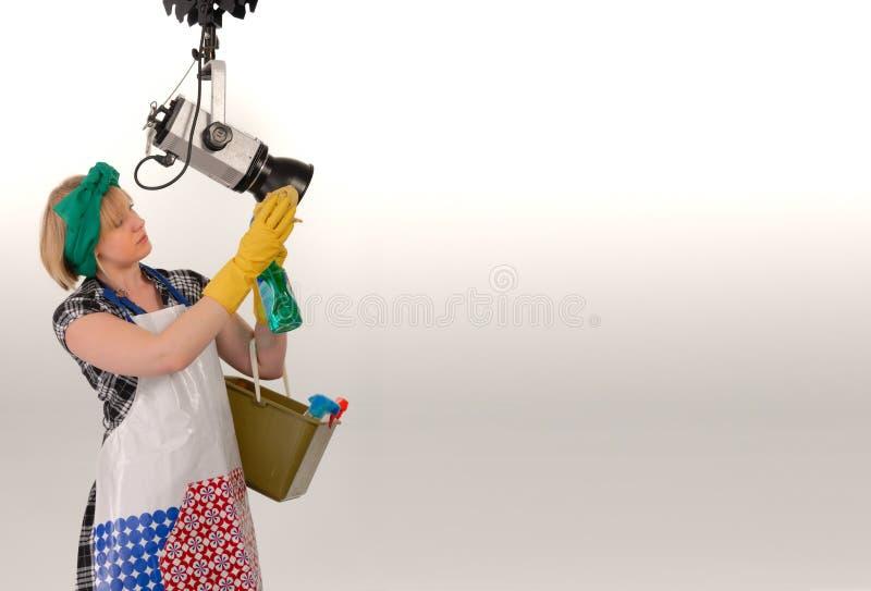Frauenreinigungs-Fotostudio lizenzfreie stockbilder