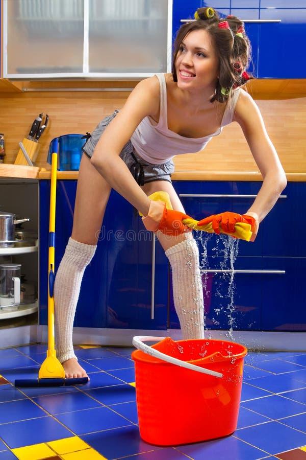 Frauenreinigungs-Küchefußboden lizenzfreies stockfoto
