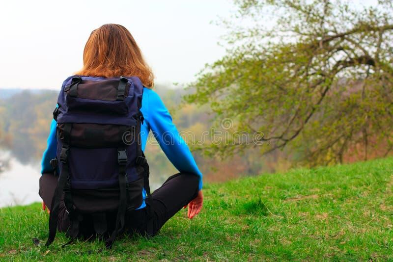 Frauenreisender auf einem Halt lizenzfreie stockfotos