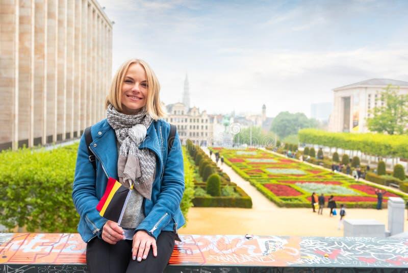 Frauenreisender betrachtet den Anblick von Brüssel, Belgien lizenzfreie stockbilder
