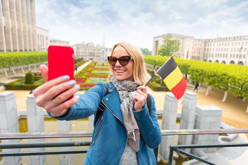 Frauenreisender betrachtet den Anblick von Brüssel, Belgien stockfotografie