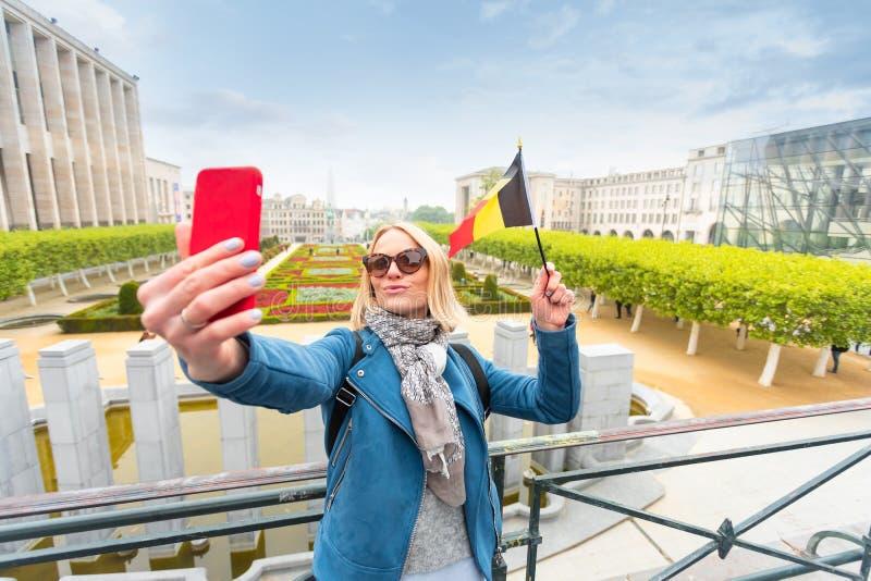 Frauenreisender betrachtet den Anblick von Brüssel, Belgien stockbilder
