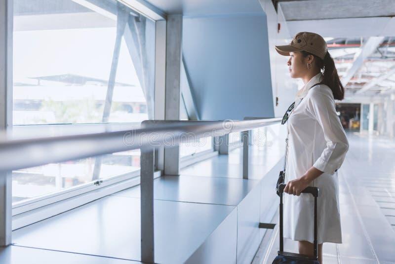 Frauenreisender mit Tasche, Gepäck, Kofferankunft am airpor lizenzfreie stockfotos