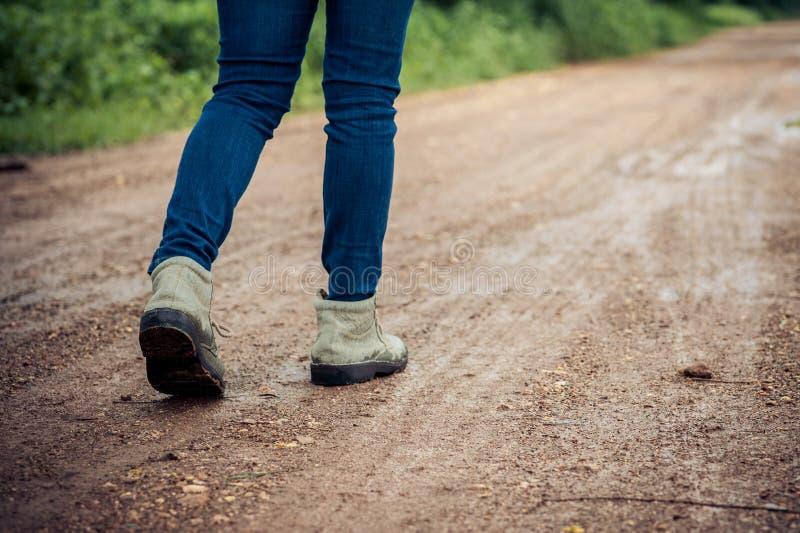 Frauenreisendweg lizenzfreies stockfoto