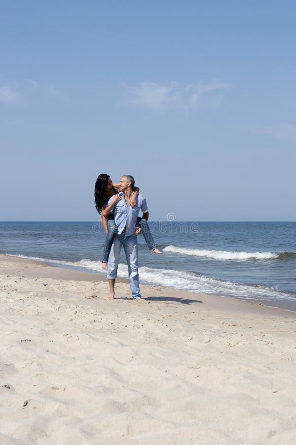 Frauenreiten auf Schultern des Mannes stockbild