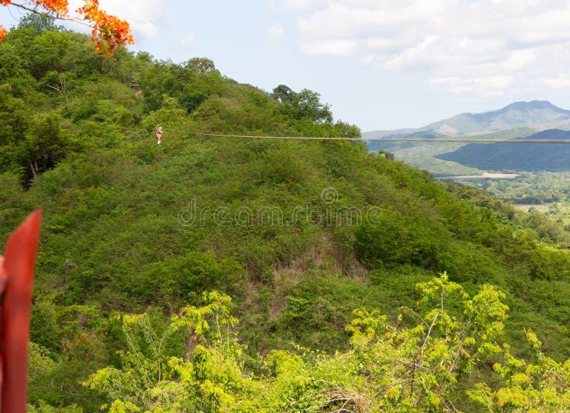 Frauenreiten in der Ziplinie im Tal Sugar Millss in Trinidad Cuba stockbild