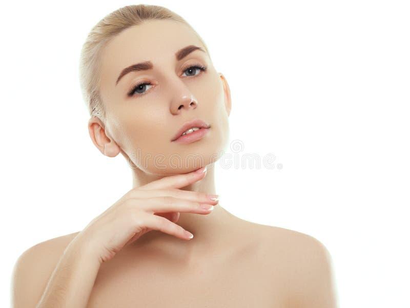 Frauenschönheits-Gesichtsporträt lokalisiert auf Weiß mit gesunder Haut stockfotografie