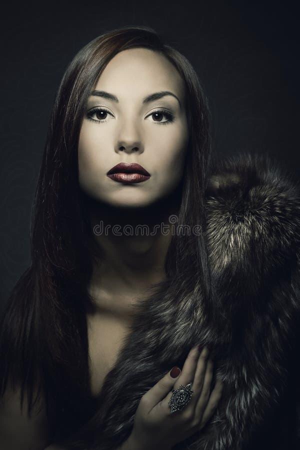 Frauenschönheits-Make-upporträt im Luxuspelzmantel stockbilder
