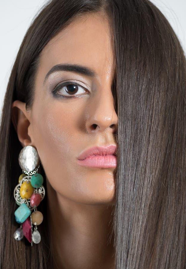 Frauenschönheits-Porträtgesicht bedeckt durch dunkles Haar lizenzfreie stockbilder
