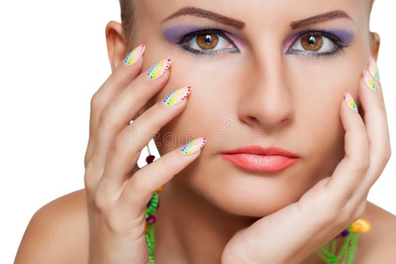Frauenschönheitsporträt mit buntem Make-up und Maniküre stockbild