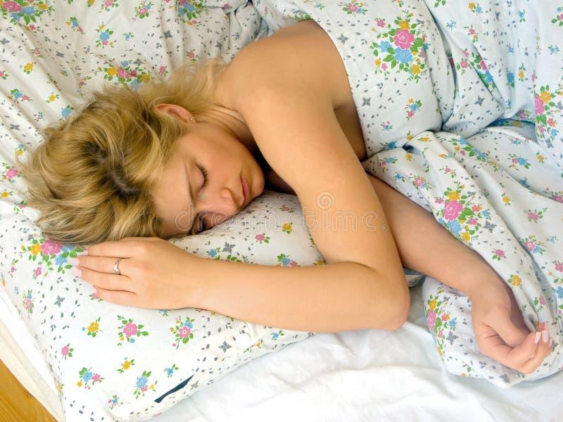 Frauenschlaf lizenzfreie stockbilder