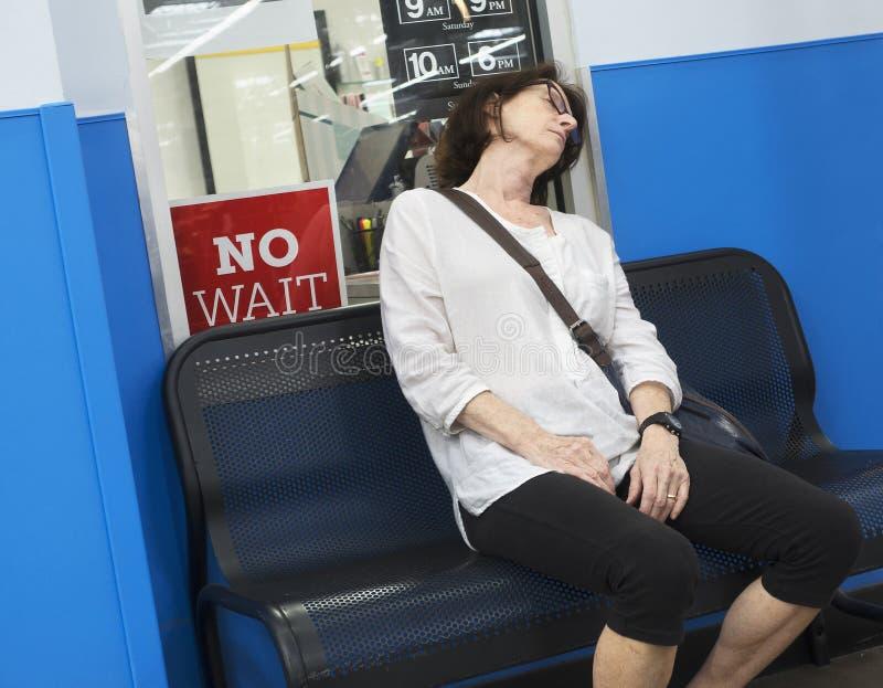 Frauenschlafenwarteverabredung lizenzfreie stockbilder